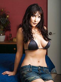 Sexy Bikini Milf Pictures